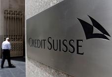 En la imagen de archivo, un hombre entra en las oficinas de redit Suisse en Manhattan, Nueva York. Credit Suisse registró una pérdida neta de 2.440 millones de francos suizos (2.430 millones de dólares) en 2016, su segundo año consecutivo en números rojos, y dijo que examinaba alternativas a la planeada salida a bolsa de su negocio en Suiza. REUTERS/Brendan McDermid