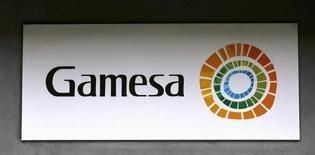 El proyecto de fusión entre el negocio eólico del conglomerado industrial alemán Siemens y el fabricante de aerogeneradores español Gamesa ha pasado el filtro de las autoridades estadounidenses y ya sólo está pendiente de que la Comisión Europea se pronuncie el mes que viene, dijeron dos fuentes con conocimiento de la situación.  En la imagen, el logo de Gamesa en su sede de Madrid el 17 de junio de 2016. REUTERS/Andrea Comas