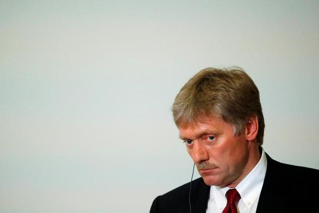 2月14日、仏大統領選の中道系独立候補、マクロン前経済相の選挙陣営が、ロシア政府系メディアから攻撃を仕掛けられていると表明した問題で、ロシアのペスコフ大統領報道官(写真)は14日、関与を否定した。写真はロシアのソチで昨年5月撮影(2017年 ロイター/Sergei Karpukhin)