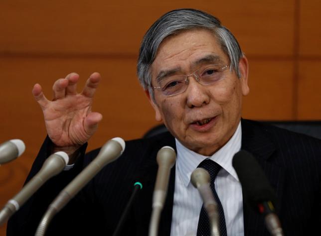 2月15日、日銀の黒田東彦総裁は衆院財務金融委員会に出席し、「2%の物価目標達成まで相当距離がある」として、海外の金利が上昇したからといって「(ゼロ%の)長期金利目標を上げることはない」と述べた。写真は日本銀行本部での記者会見で、1月撮影(2017年 ロイター/Toru Hanai)