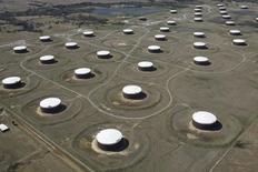 Нефтехранилища в Кушинге, штат Оклахома 24 марта 2016 года. Запасынефти в США выросли на прошлой неделе, показали данные Американского института нефти (API) во вторник. REUTERS/Nick Oxford/File Photo