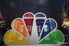Логотип NBC в Рокфеллеровском центре в Нью-Йорке  30 апреля 2013 года. NBCUniversal, американский медиаконгломерат, которым владеет Comcast Corp, купил долю в европейском вещателе Euronews, свидетельствует служебная записка, оказавшаяся в распоряжении Рейтер во вторник. REUTERS/Lucas Jackson
