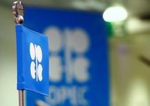Флаг и логотип ОПЕК перед пресс-конференцией в Вене 24 октября 2016 года. Добыча нефти стран, входящих в сделку ОПЕК, сократится на 70 процентов от заявленного уровня, и действие пакта для поддержания уровня цен могут продлить, прогнозирует аналитик международного рейтингового агентства Fitch Дмитрий Маринченко. REUTERS/Leonhard Foeger