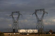 Vue sur le site de la centrale nucléaire de Fessenheim. Le solde des échanges transfrontaliers d'électricité de la France est resté positif en 2016 à hauteur de 39,1 térawatts-heure (TWh) mais a plongé de 36,6% en raison de la baisse de la production nucléaire, selon un bilan publié mercredi par RTE, gestionnaire du réseau français de transport d'électricité. /Photo d'archives/REUTERS/Vincent Kessler