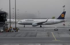 Lufthansa et le syndicat des pilotes Vereinigung Cockpit ont annoncé mercredi avoir accepté les recommandations du médiateur pour régler leur différend salarial. /Photo prise le 21 décembre 2016/REUTERS/Ints Kalnins