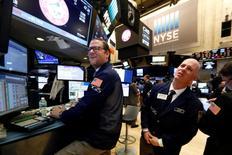 Operadores trabajan en la sede de la Bolsa de Valores de Nueva York (NYSE) en Nueva York, EEUU, 7 de febrero de 2017. REUTERS/Brendan McDermid