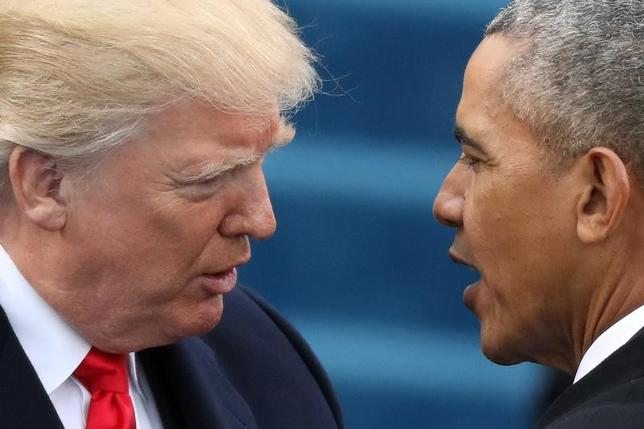 2月15日、トランプ米政権は、医療保険制度改革法(オバマケア)について、個人向け販売のマーケットプレイス(エクスチェンジ)に関するルール変更を提案した。写真はトランプ大統領(左)とオバマ前大統領、ワシントンで1月撮影(2017年 ロイター/Carlos Barria)