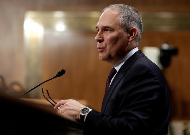 2月15日、米共和党のスーザン・コリンズ上院議員(メーン州)は、オクラホマ州のスコット・プルイット司法長官の環境保護局(EPA)長官への指名に反対する意向を示した。同長官がこれまでにEPAを相手に数々の訴訟を起こしていることが理由。写真は米上院環境公共事業委員会で証言するプルイット司法長官。ワシントンで1月撮影(2017年 ロイター/Joshua Roberts)