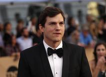 El actor de Hollywood Ashton Kutcher, también inversor en compañías tecnológicas, instó el miércoles a legisladores estadounidenses a apoyar el desarrollo de nuevas tecnologías para combatir el tráfico online de sexo. En la imagen, el actor Ashton Kutcher llega a la gala de los premios SAG en Los Ángeles, California, EEUU, el 29 de enero de 2017.  REUTERS/Mario Anzuoni