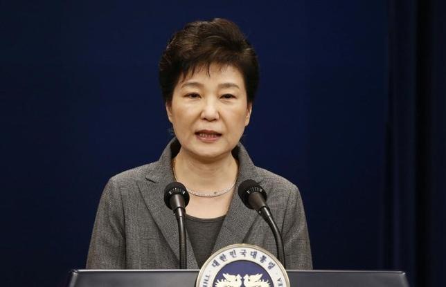 2月16日、韓国・朴槿恵大統領の罷免の是非を判断する審理について、憲法裁判所が24日に終了する方針だと、聯合ニュースが報じた。写真は2016年11月、国民向け談話を発表する朴氏。代表撮影(2017年 ロイター/Jeon Heon-Kyun)
