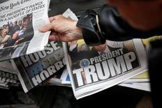 """Газеты в киоске печати в Нью-Йорке. 9 ноября 2016 года. Агрессивный настрой администрации президента США Дональда Трампа в отношении традиционных средств массовой информации, которые она рассматривает как """"оппозиционную партию"""" и источник """"дезинформации"""", дает большую надежду в 2017 году газетам, пытающимся привлечь внимание как можно большего числа читателей и рекламодателей к электронным версиям своих изданий. REUTERS/Shannon Stapleton"""