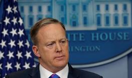 شون سبايسر المتحدث باسم البيت الأبيض في واشنطن يوم 14 فبراير شباط 2017. تصوير: كيفن لامارك - رويترز.