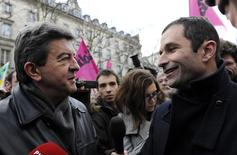 Benoît Hamon (à droite) et Jean-Luc Mélenchon (à gauche) ont entamé des discussions sur un éventuel rassemblement de la gauche dans la perspective de l'élection présidentielle mais cela ressemble à une mission quasiment impossible. /Photo d'archives/REUTERS/Gonzalo Fuentes