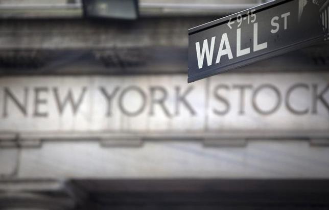 2月17日、米国株式市場はダウ工業株30種が7営業日連続で終値の過去最高値を更新した。写真は2013年10月、ニューヨーク証券取引所前で撮影(2017年 ロイター/Carlo Allegri)