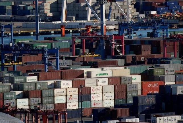 2月20日、財務省が20日に発表した1月貿易統計速報によると、貿易収支(原数値)は1兆0869億円の赤字となった。赤字は5カ月ぶり。写真は横浜港のコンテナ、1月撮影(2017年 ロイター/Kim Kyung-Hoon)