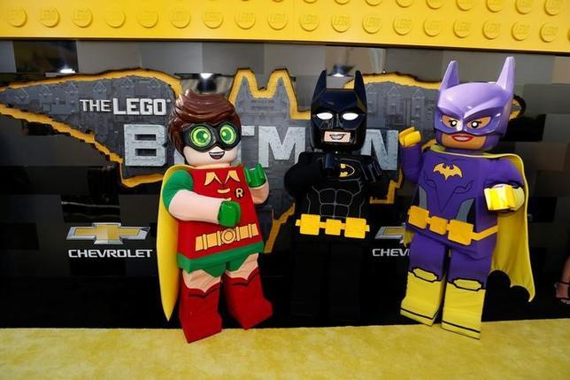 2月19日、バラエティ・ドット・コムによると、週末の北米映画興行収入ランキングは、レゴブロックを題材にしたアニメ「レゴバットマン ザ・ムービー」(日本公開4月1日)が4400万ドル(約49.6億円)を稼ぎ2週連続の首位となった。写真の登場キャラクター達は4日ロサンゼルスで撮影(2017年 ロイター/Mario Anzuoni)