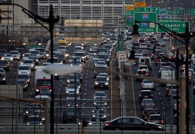2月20日、交通渋滞により米国のドライバーが被っている損失は、燃料や時間の浪費など年平均1200ドル(約13万6000円)に達していることが調査で分かった。写真は2016年12月、ワシントンで撮影(2017年 ロイター/Joshua Roberts)