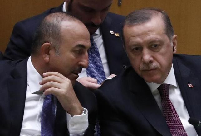 2月20日、トルコのチャブシオール外相(写真左)とエルドアン大統領(写真右)がイランは地域を不安定化していると非難したことを受け、イランは20日、駐テヘランのトルコ大使を呼んで抗議した。写真はマンハッタンで昨年9月撮影(2017年 ロイター/Lucas Jackson)