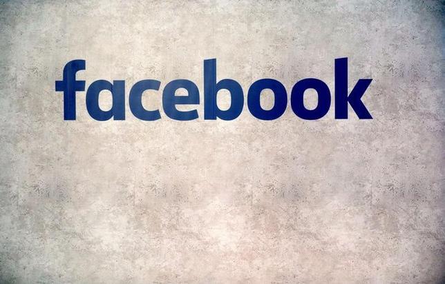 2月21日、送金サービスを提供する新興企業トランスファーワイズが、米フェイスブックのチャットアプリ「メッセンジャー」を通じた新たな海外送金サービスを開始した。写真はフェイスブックのロゴ。パリで1月撮影(2017年 ロイター/Philippe Wojazer)