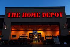 Home Depot, numéro un mondial des magasins de bricolage et d'aménagement intérieur, a publié mardi des résultats trimestriels meilleurs que prévu, profitant à plein du dynamisme du marché immobilier aux Etats-Unis, et annoncé un programme de rachat d'actions de 15 milliards de dollars (14,2 milliards d'euros). /Photo d'archives/REUTERS/Mike Blake