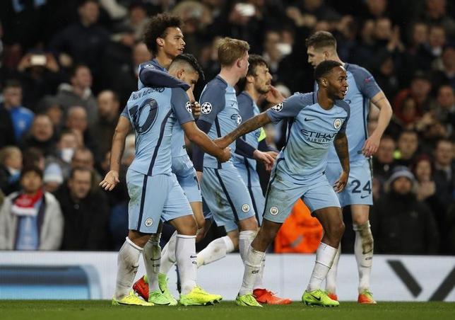 2月21日、サッカーの欧州チャンピオンズリーグ(CL)は各地で決勝トーナメント1回戦の第1戦を行い、マンチェスター・シティー(マンC、イングランド)はホームでモナコ(フランス)との点の取り合いを5─3で制した。写真はゴールを喜ぶマンCの選手たち(2017年 ロイター)