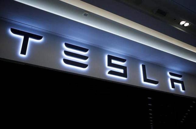 2月21日、米電気自動車メーカーのテスラの株式は、トランプ氏の大統領選勝利後に予想を裏切って値上がりし、空売りを仕掛けていた投資家がかなりの損失を被って買い戻しに動いている。写真は同社のロゴ。韓国・河南市で昨年12月撮影(2017年 ロイター/Kim Hong-Ji)