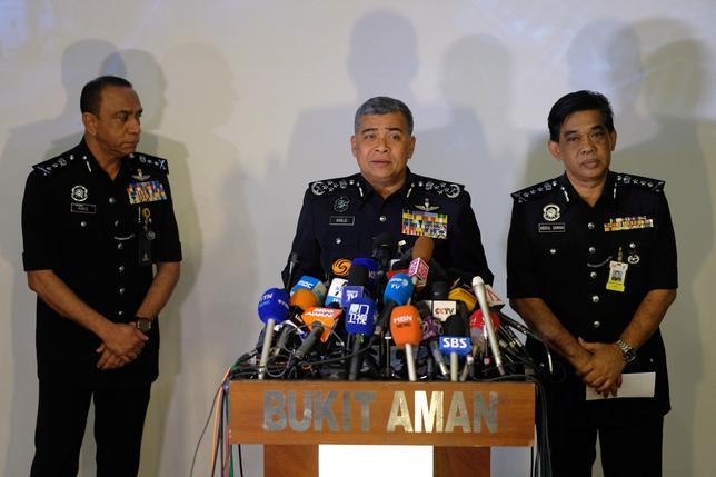 2月22日、マレーシア警察は、北朝鮮の金正恩朝鮮労働党委員長の異母兄、金正男氏が13日にクアラルンプールで殺害された事件について、北朝鮮大使館の職員と高麗航空の関係者を容疑者として特定したと発表した。写真は記者会見するマレーシア警察のカリド・アブバカル長官(中央)ら。クアラルンプールで撮影(2017年 ロイター/Athit Perawongmetha)
