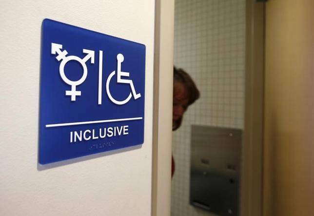 2月22日、トランプ米政権は、心と身体の性が一致しないトランスジェンダーの生徒の権利を守るためにオバマ前政権が公立学校に出した通達を破棄した。写真は性別について中立的なトイレ。カリフォルニア州にあるカリフォルニア大学で2014年9月撮影(2017年 ロイター/Lucy Nicholson)