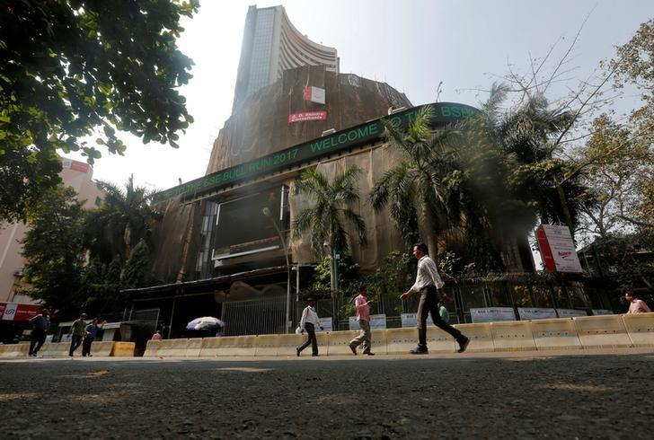 People walk past the Bombay Stock Exchange (BSE) building in Mumbai, India, January 25, 2017.  REUTERS/Shailesh Andrade/Files