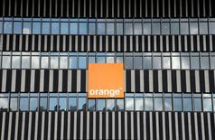 Orange a annoncé jeudi le relèvement de son dividende au titre de l'exercice en cours après un exercice 2016 marqué par un retour à la croissance de son chiffre d'affaires et une nouvelle amélioration de son résultat d'exploitation, porté par ses investissements dans le très haut débit. /Photo d'archives/REUTERS/Jean-Paul Pelissier
