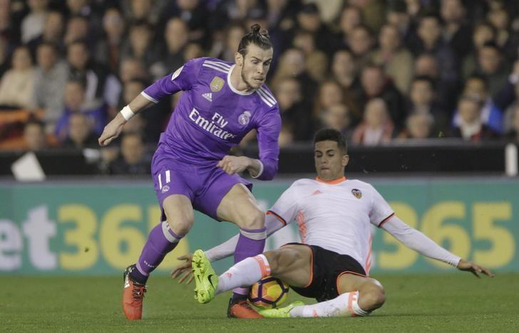 Real Madrid's Gareth Bale (L) and Valencia's Joao Cancelo in action. REUTERS/Heino Kalis