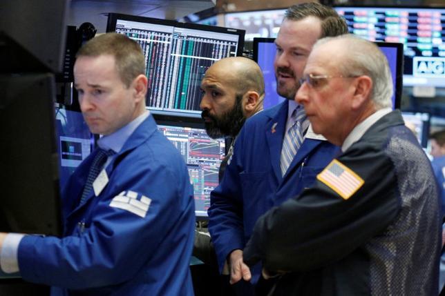 2月23日、米国株式市場はまちまち。エネルギー株が買われるなどしてダウ工業株30種平均は最高値を更新し、S&P総合500種も上昇したが、ナスダック総合指数は下落した。NYSEで22日撮影(2017年 ロイター/Brendan McDermid)