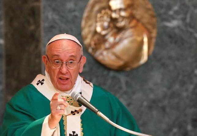 2月23日、ローマ法王フランシスコは、偽善的な二重生活を送っている「多くの」カトリック信者の1人となるよりも、無神論者である方がましとの考えに言及し、一部信者に対し批判を述べた。ローマで19日撮影(2016年 ロイター/REMO CASILLI)