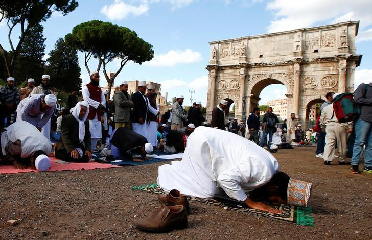 Muslims hold Friday prayers in front of the Colosseum in Rome, Italy October 21, 2016, to protest against the closure of unlicensed mosques.  REUTERS/Tony Gentile