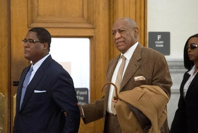 Bill Cosby (R) re-enters Montgomery County Courthouse after a break during the second day of his pre-trial hearing in his sexual assault case in Norristown, Pennsylvania, December 14, 2016.  REUTERS/Chloe Elmer/Pool