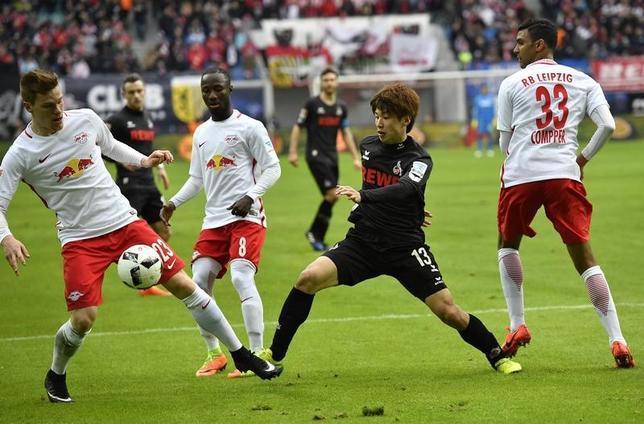 2月25日、サッカーのドイツ1部ブンデスリーガ、ケルンに所属する大迫勇也(右から2人目)はライプチヒ戦にフル出場。今季5点目を挙げたが、チームは1─3で負けた(2017年 ロイター/Matthias Rietschel)