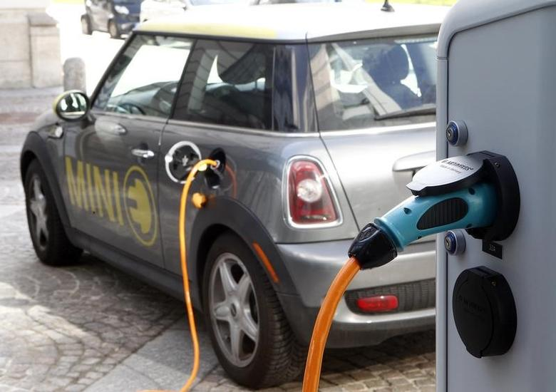A BMW Mini electric car is charged at a station downtown Munich March 29, 2012.  REUTERS/Michael Dalder