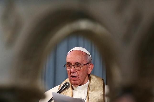 2月26日、ローマ法王フランシスコ(写真)は、英国国教会の最高位聖職者であるウェルビー・カンタベリー大主教とともに南スーダンを訪問する可能性を検討していると述べた。訪問は、内戦と飢餓に苦しむ人々に注意を向けるのが目的だという。ローマで撮影(2017年 ロイター/Alessandro Bianchi)