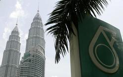Логотип Petronas на фоне башен-близнецов в Куала-Лумпуре 28 июня 2007 года. Премьер-министр Малайзии Наджиб Тун Разак заявил в понедельник, что государственная нефтяная компания Саудовской Аравии Saudi Aramco намерена инвестировать $7 миллиардов в строительство нефтеперерабатывающего и нефтехимического комплекса в южном малайзийском штате Джохор. REUTERS/Zainal Abd Halim