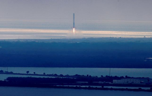 2月27日、米民間宇宙企業スペース・エクスプロレーション・テクノロジーズ(スペースX)が、民間人2人による有料の月周回旅行を来年後半実施する。イーロン・マスク最高経営責任者(CEO)が明らかにした。民間資金による月旅行は世界初となる。写真は米フロリダ州ケープカナベラル空軍基地に戻ってきたスペース・ファルコン9ロケット。19日撮影(2017年 ロイター/Joe Skipper)