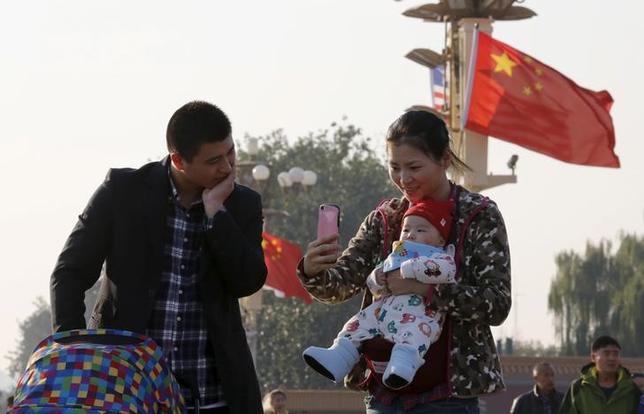2月28日、中国政府が2人目の子どもを産んだ世帯に祝い金や補助金を導入することを検討していると、人民日報が報じた。当局の調査によると、経済的な制約から60%の世帯が子どもを増やすことに消極的になっているという。写真は北京で2015年11月撮影(2017年 ロイター/KIM KYUNG-HOON)