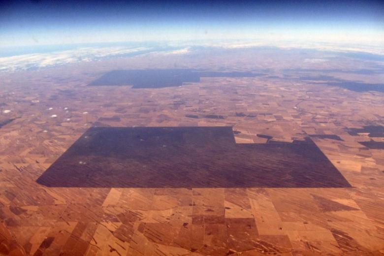 An area of vegetation can be seen amongst drought effected farmland in South Australia, November 12, 2015. REUTERS/David Gray