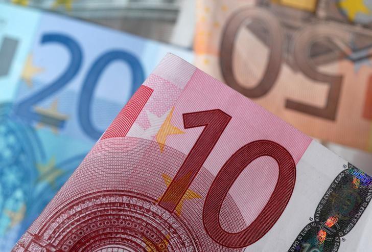 图为2014年4月拍摄的欧元纸币。REUTERS/Dado Ruvic