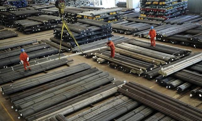3月1日、中国の尹蔚民・人事社会保障相は、鉄鋼や石炭の供給過剰対策として、今年50万人程度の労働者を再配置する必要があるとの見方を示した。大連市で2015年10月撮影。提供写真(2017年 ロイター/China Daily)