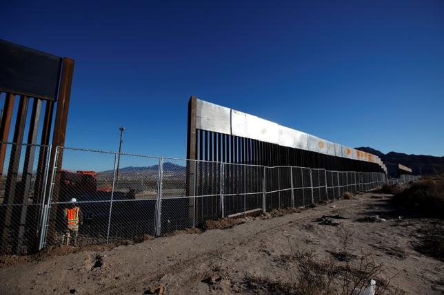 3月1日、世界最大級のセメント会社、メキシコのセメックスの取締役会会長は、トランプ米大統領が計画するメキシコ国境との壁の建設について、建設資材の見積もりを求められたら提供すると述べた。写真は米サンランドパークとメキシコのシウダー・フアレスの国境で建設中の「壁」。メキシコ側から1月撮影(2017年 ロイター/Jose Luis Gonzalez)