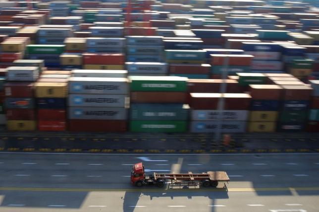 3月2日、中国外務省の耿爽報道官は、トランプ米政権がWTOの決定が米国の主権を侵害しているとみなせば、WTOの判断に縛られない姿勢を示したことについて、中国はWTOの取り組みを支持していると述べた。上海の貿易港で先月撮影(2017年 ロイター/Aly Song)