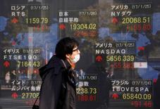 En la imagen, un hombra pasa ante un letrero electrónico que muestra la cotización del Nikkei, el Dow Jones y otros índices en una casa de valores de Tokio, el 26 de enero de 2017. El índice Nikkei de la bolsa de Tokio saltó el jueves a un máximo en 14 meses, luego de que el yen se debilitó frente al dólar por unas mayores expectativas de que la Reserva Federal suba las tasas de interés este mes. REUTERS/Kim Kyung-Hoon