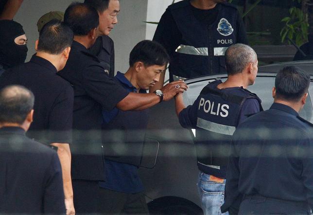 3月3日、北朝鮮の金正恩・朝鮮労働党委員長の異母兄、金正男氏がマレーシアの空港で殺害された事件で、殺害に関与したとして逮捕された北朝鮮国籍のリ・ジョンチョル容疑者が釈放され、警察車両で移送された。マレーシアで撮影(2017年 ロイター/Alexandra Radu)