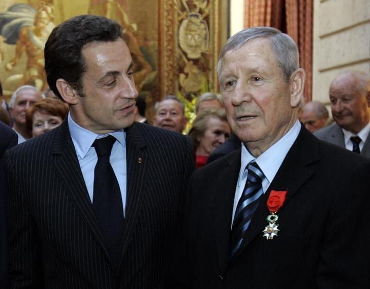 France's President Nicolas Sarkozy (L) poses with French former soccer legend Raymond Kopa, after he was awarded Officer de la Legion d'Honneur, or Legion of Honour, France's highest award, at the Elysee Palace, in Paris on March 17, 2008.      REUTERS/Christophe Ena/Pool