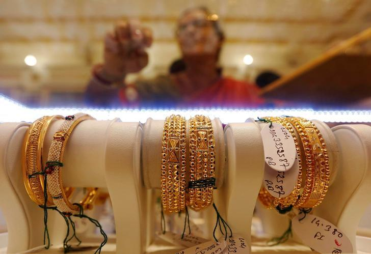 FILE PHOTO - Gold bangles are on display as a woman makes choices at a jewellery showroom during Dhanteras, a Hindu festival associated with Lakshmi, the goddess of wealth, in Kolkata, India October 28, 2016. REUTERS/Rupak De Chowdhuri/File photo
